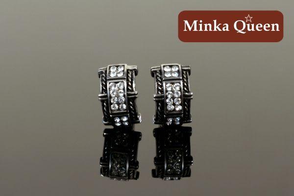 德國鈦鋼 雙排白色鑽造型 精緻水鑽抗敏易扣耳環(一對)(內直徑10 mm。外直徑14mm)