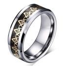《 QBOX 》FASHION 飾品【RTCR-010G】精緻個性金色環繞圖示共濟會鎢鋼戒指/戒環(型男配戴)