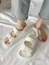 夏季運動式涼鞋女2021年新款平底休閒夏仙女風學生軟底羅馬沙灘鞋 果果輕時尚