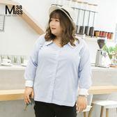 Miss38-(現貨)【A06148】知性藍白條紋 簡約V領 下擺開叉 長袖 大尺碼襯衫 上衣- 中大尺碼女裝