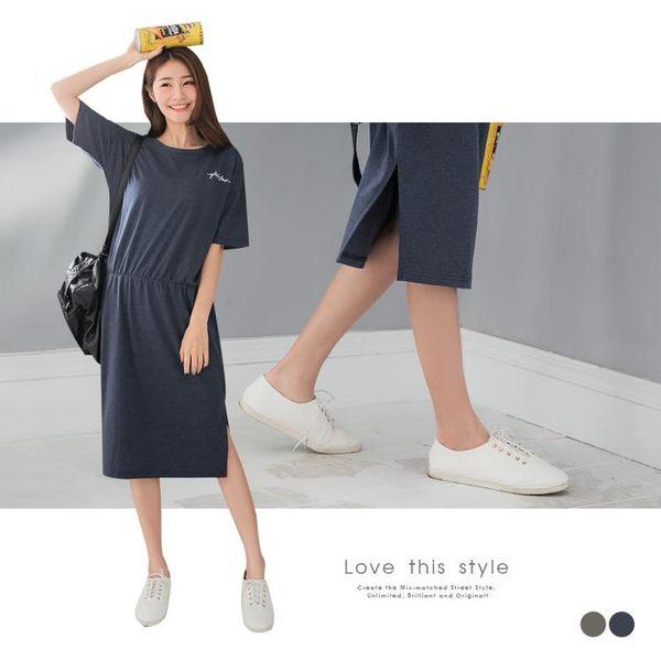 OB嚴選《DA4425-》好質感胸前字母印花腰間壓皺下襬開衩連身洋裝.2色--適 S~L