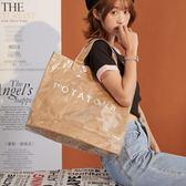 斜背果凍包TnTee春夏新款托特包大容量水桶手提包女原創透明pvc牛皮紙包可卡衣櫃