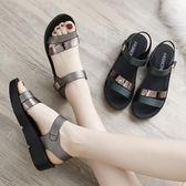 新款夏季平底女鞋中年中老年舒適女士百搭厚底中跟媽媽鞋涼鞋   芊惠衣屋