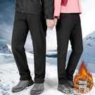衝鋒褲 沖鋒褲男加絨加厚大碼寬鬆登山褲休閒保暖滑雪褲女防風防水軟殼褲 生活主義