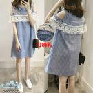 *孕味十足。孕婦裝*現貨+預購【COH601501】氣質直條紋露肩布蕾絲拼接孕婦哺乳(橫拉式)洋裝 藍