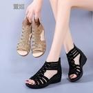 魚口鞋 涼鞋女夏坡跟2021新款羅馬媽媽水鉆魚嘴中跟女士軟底露趾中年涼靴 風尚