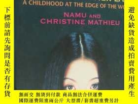 二手書博民逛書店Leaving罕見Mother Lake: A Girlhood