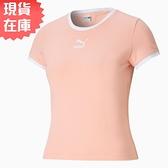 【現貨】PUMA Classics Fitted 女裝 短袖 棉質 貼身 休閒 印花 粉 歐規【運動世界】59957726