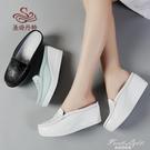 拖鞋女夏涼拖牛皮外穿鬆糕厚底護士小白鞋媽媽鞋坡跟包頭半拖鏤空 果果輕時尚
