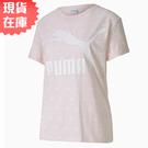 【現貨】PUMA LOGO 女裝 短袖 上衣 休閒 滿版LOGO 粉 歐規【運動世界】59624917