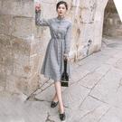 VK精品服飾 韓國風優雅素色收腰單排扣長版格紋長袖洋裝