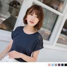 簡單的純色T恤利用鏤空布蕾絲的設計增添不一樣的味道