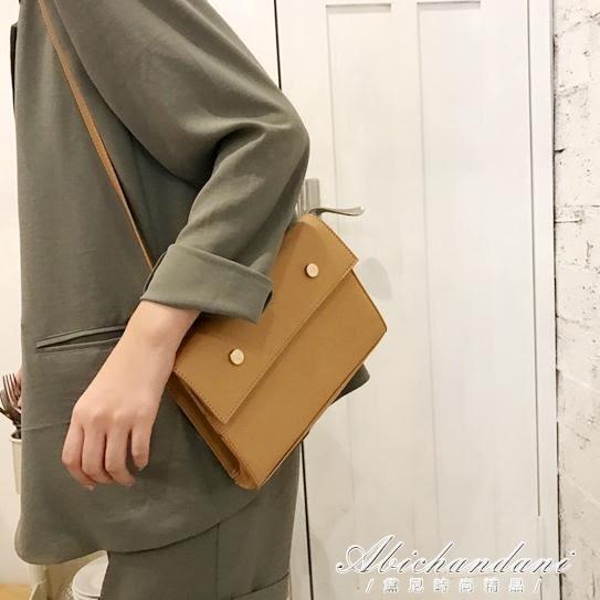 韓版簡約復古金屬釘翻蓋信封包純色兩用斜背包磁扣手拿包 「超世代生活館」