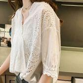 DE SHOP~(GU-8093)氣質鉤花鏤空蕾絲拼接前短後長小V領短袖襯衫女上衣服落肩修身顯瘦內搭衫薄款白色