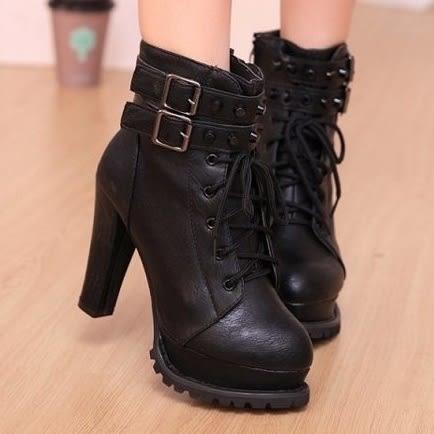 DE shop~(SE-7688)秋 粗跟鉚釘皮帶扣機車防水台短靴子高跟馬丁靴
