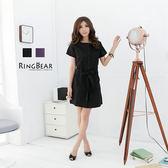 洋裝--素麗清雅附腰帶布扣圓領短袖洋裝(黑.紫M-2L)-D126眼圈熊中大尺碼