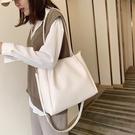 單肩包包包女2020流行新款潮大容量單肩包大學生上課包女文藝斜挎托特包 小山好物