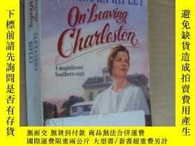 二手書博民逛書店英文原版罕見On leaving Charleston 離開查爾