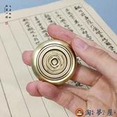 黃銅圓形鎮尺鎮紙轉錢小擺件毛筆書法非實心純黃銅壓書壓紙【淘夢屋】