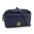 【奢華時尚】CHANEL 藍色V型紋牛皮霧金鍊前卡夾斜背相機包(九成新)#24842