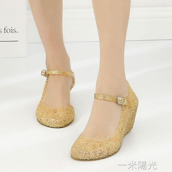 塑料涼鞋女水晶鞋透明夏厚底楔形防滑洞洞鞋女廣場舞鞋軟塑料女涼鞋沙  聖誕節免運