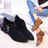 短靴尖頭女鞋子絨面平底平跟黑色簡約皮帶搭扣潮女短靴 果果輕時尚