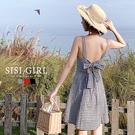 SISI【D9068】春夏復古渡假沙灘海邊少女性感心機小個子U領排釦露背蝴蝶結中長款細肩帶洋裝連身裙