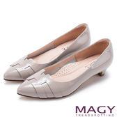 MAGY 氣質通勤款 造型漆皮尖頭低跟鞋-灰色