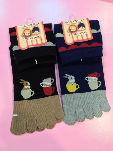 【京之物語】日本帶回PLUS VANILLA小兔子咖啡杯女性彈性五指襪(藍色/黑色)