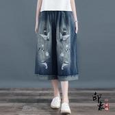 清裊小鳥刺繡水洗磨白牛仔闊腿褲女七分褲寬鬆大尺碼復古文藝范卷邊‧中大尺碼