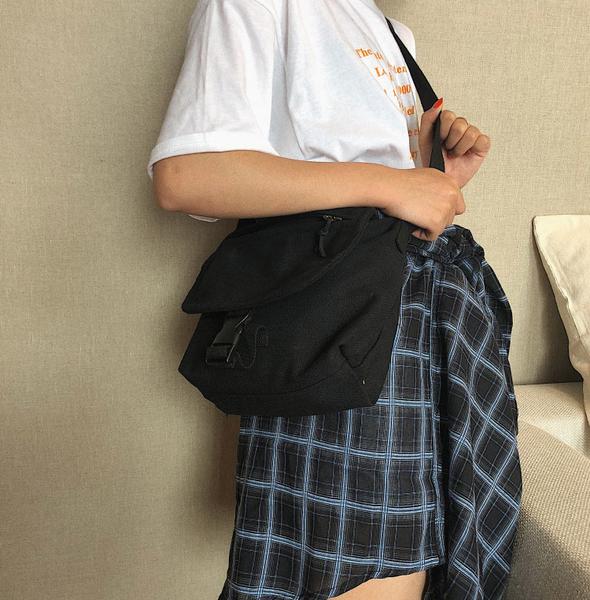 [現貨]  側肩背 斜肩背 斜跨 帆布包 翻蓋 多功能 實用 輕便 素色休閒百搭 黑/米白色 H2014 OT SHOP