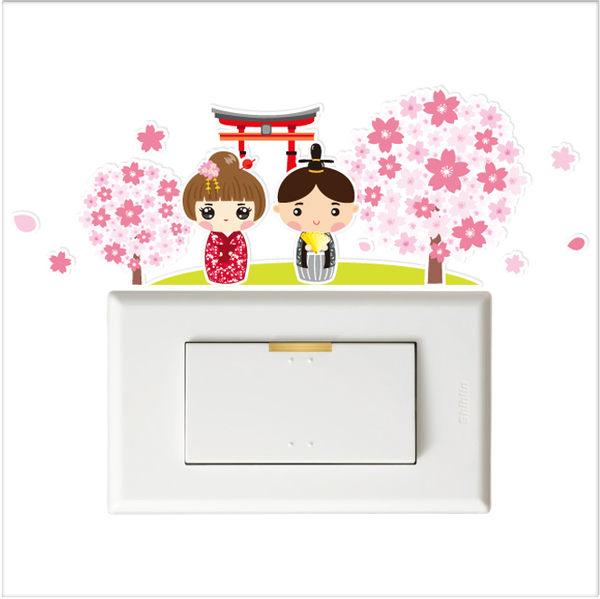 【彩色開關小壁貼】日本櫻花情侶 # 壁貼 防水貼紙 汽機車貼紙 10.5cmx10.7cm