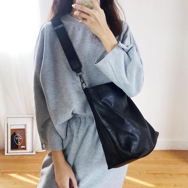暗黑風2021新款韓版百搭水桶包寬帶斜挎包大容量簡約學生單肩包女
