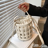 小眾設計包包女夏季百搭2021新款潮時尚鏤空斜挎包夏天手提水桶包 范思蓮思