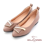 【CUMAR】金屬不對襯飾釦尖頭內增高平底鞋(豆沙色)