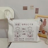 原創招財小熊日系手拿包帆布化妝包可愛創意手腕包ipad平板收納包 橙子精品