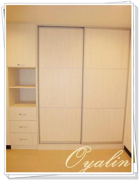 【系統家具】鋁框推拉門衣櫃搭配側邊開放式收納櫃