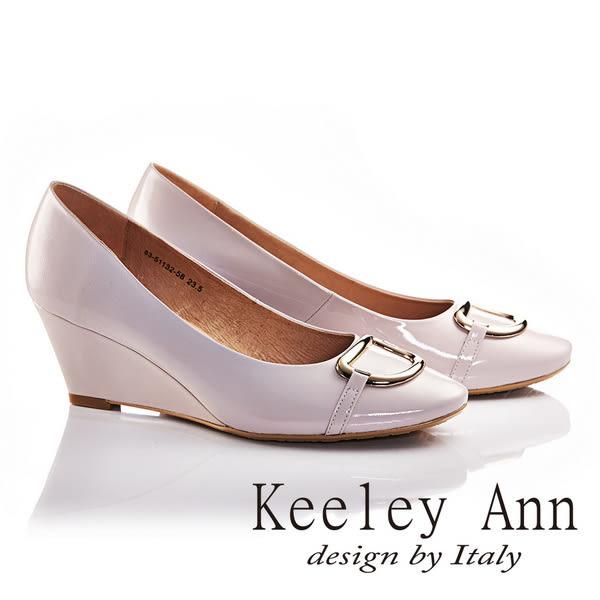★零碼出清★Keeley Ann亮面金屬釦飾OL全真皮軟墊微方頭楔形高跟鞋(淺粉色)