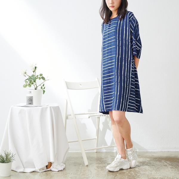 【慢。生活】筆觸線條落肩寬版連衣裙 88391 FREE深藍色
