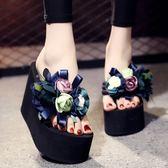 厚底楔形厚底人字拖女夏季外穿時尚防滑鬆糕沙灘鞋花朵海邊高跟涼拖鞋 范思蓮恩