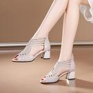 魚口鞋 2021年夏季新款真皮粗跟羅馬涼鞋女中跟高幫涼靴魚嘴鏤空高跟女鞋 晶彩