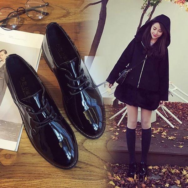 馬丁靴粗跟小皮鞋漆皮繫帶復古牛津鞋尖頭黑色加絨女單鞋【巴黎世家】