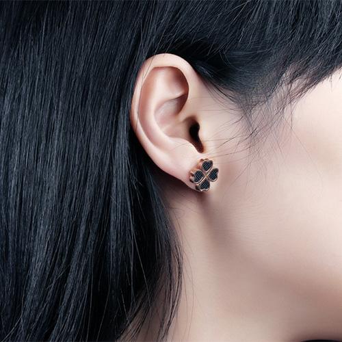 《 QBOX 》FASHION 飾品【E100N391】精緻氣質四葉幸運草玫瑰金鈦鋼插式耳環