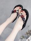 厚底拖鞋時尚高跟拖鞋女夏外穿坡跟居家厚底人字拖海邊沙灘夾腳涼拖鞋特賣