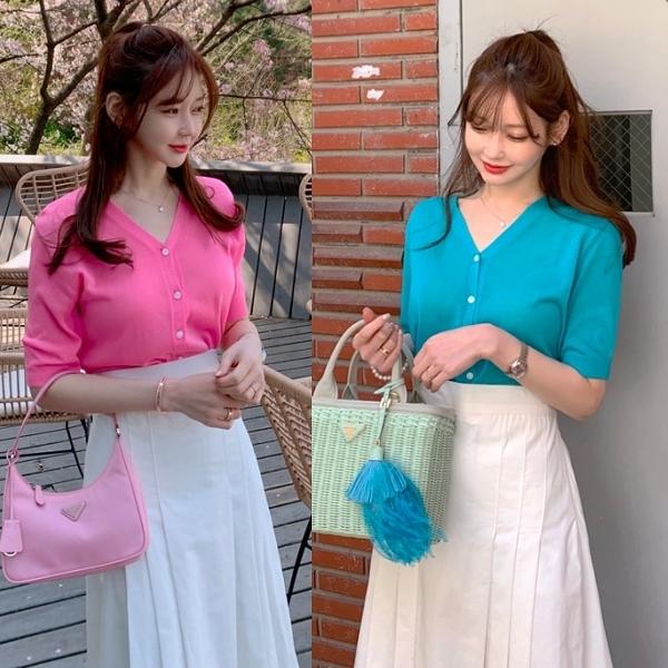 韓國製.溫柔迷人素色V領排釦微透膚五分袖開衫.白鳥麗子
