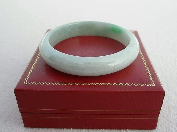 【歡喜心珠寶】【天然緬甸玉冰種白底青帶嬌綠手鐲】玉鐲18.2圍.A貨附保証書和「寶石鑑定書」