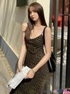 熱賣吊帶洋裝 配大衣穿的豹紋吊帶裙2021新款V領性感中長款打底連身裙女夏季 coco