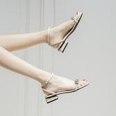 涼鞋女仙女風2021年新款夏平底一字帶扣粗跟百搭網紅透明女鞋 果果輕時尚