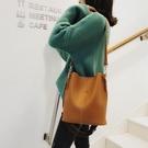 側背包側背斜背韓版寬肩帶大容量百搭大包水桶包女包 萊俐亞