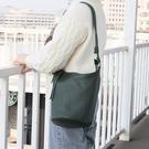 真皮側背包-斜背簡約牛皮休閒女水桶包3色74af39[巴黎精品]